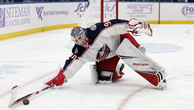 Latviešu vārtsargu rokāde: 'Blue Jackets' uz AHL nosūta Merzļikinu un izsauc Kivlenieku