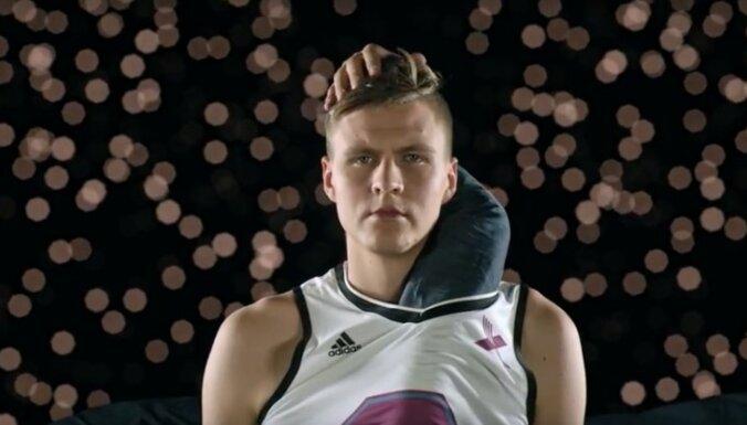 Dīvaini seksīgi: pasauli pārsteidz 'Citadeles' reklāma ar Porziņģi un garo roku