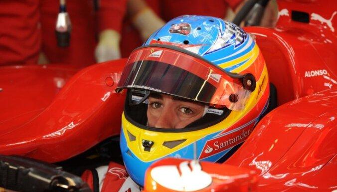 Alonso uzvar lietus sacīkstē Malaizijā, Peress finišē otrais