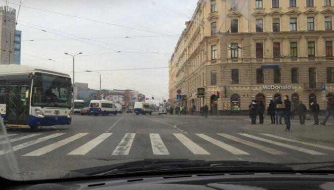 Rīgā 'Lexus' autovadītājs uzbrauc nepilngadīgam puisim