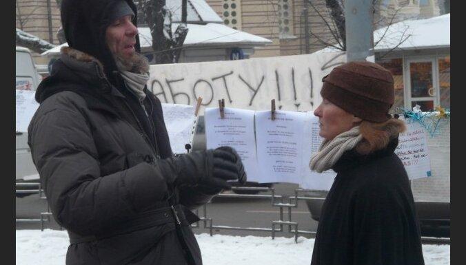 'Telšu komūnas' protestētājs pārceļas pie Saeimas