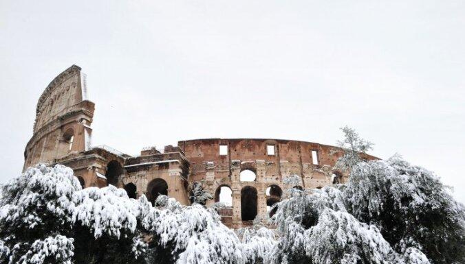 Sniegputenī Apenīnos četri bojāgājušie; Toskānā 200 000 cilvēku bez elektrības