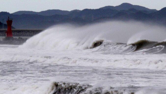 Синоптики: в воскресенье ураганный ветер до 30 м/с и волны 6-метровой высоты