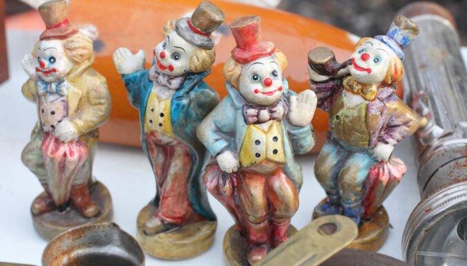 Foto: Kādas neparastas lietas atrodamas lielajā krāmu tirgū Āgenskalnā