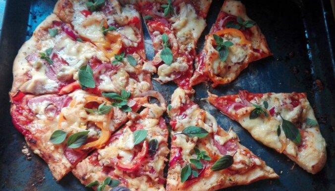 Supergardā pica ar šķiņķi, papriku un ananasiem