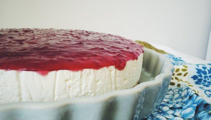 Svaigā siera kūka bez cepšanas ar aveņu ievārījumu