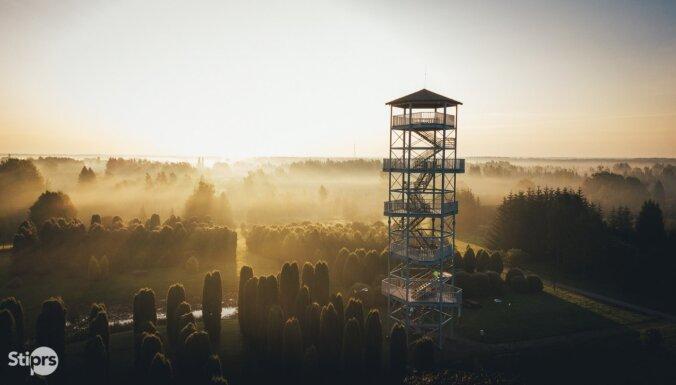Foto: Miglas vālos ieskautais Kalsnavas arborētums no putna lidojuma