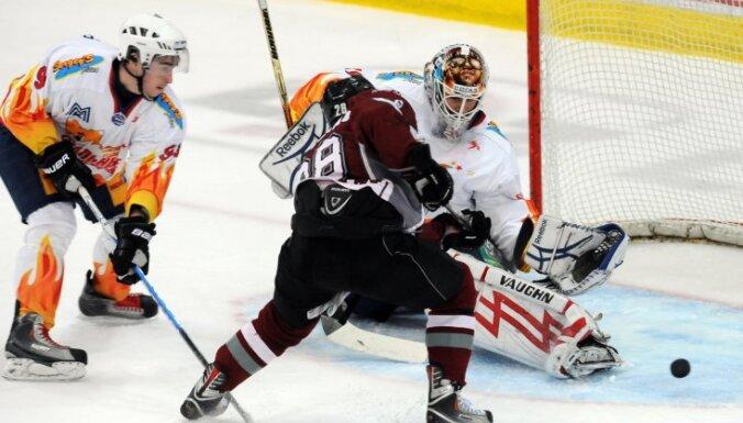 Латвийский защитник в ВХЛ забросил шайбу во втором матче
