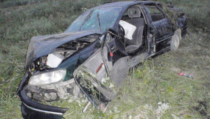 Smagā avārija Talsu novadā: nepilngadīgais šoferis bijis alkohola reibumā