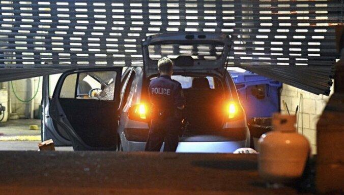 Sidnejā vīrietis ar gāzes baloniem pilnu automašīnu taranē policijas iecirkni