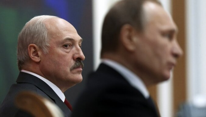 Лукашенко на Новый год подарил Путину сало и четыре мешка картошки