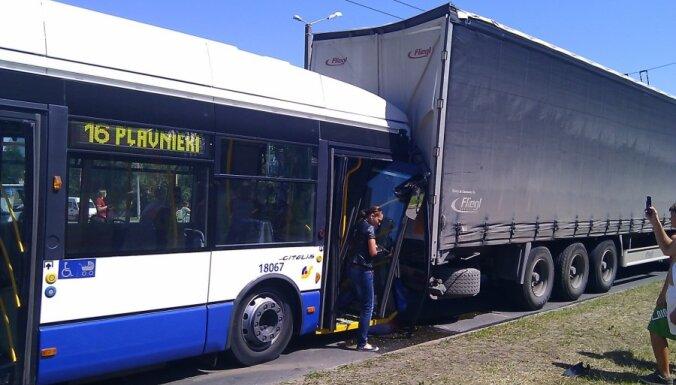 В Плявниеках столкнулись фура и троллейбус: есть пострадавшие