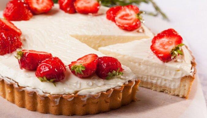 Gatavojam siera kūku: trīs ekonomiski varianti, ar ko aizstāt dārgo maskarponi