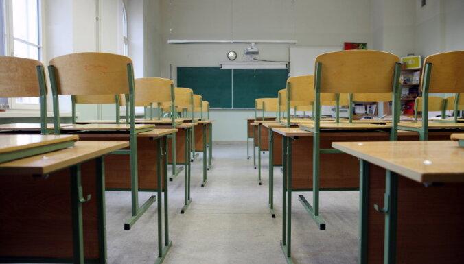 """Шадурскис: закрытие """"полупустых"""" школ - это неизбежность"""