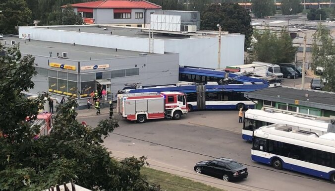 ФОТО, ВИДЕО: В Кенгарагсе троллейбус врезался в стену магазина Maxima