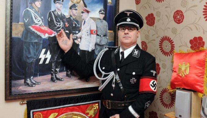 Britus satrauc onkulis nacistu formas tērpā