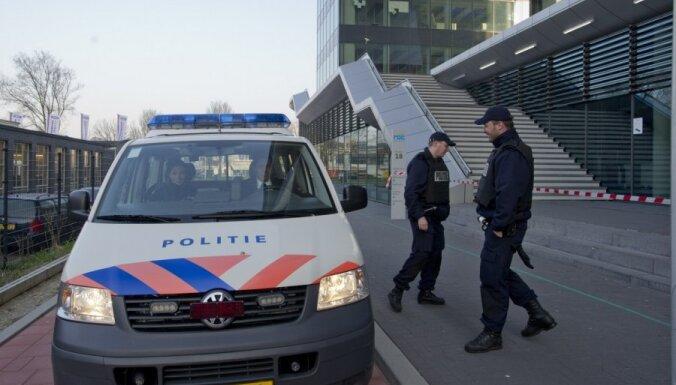 Slaktiņa draudu dēļ slēdz desmitiem skolu Nīderlandē