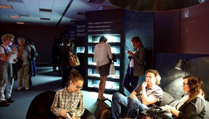 Foto: Tekstgrupa 'Orbīta' ar izstādi Gaismas pilī atzīmē 15 gadu jubileju