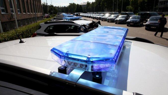ЧП в Вецмилгрависе: из-за выпавшего на дорогу контейнера затруднено движение (ВИДЕО)