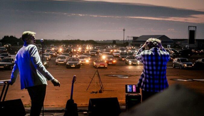 Foto: Automašīnu signāli aplausu vietā – Spilves lidlaukā izskanējis līdz šim vērienīgākais autokoncerts