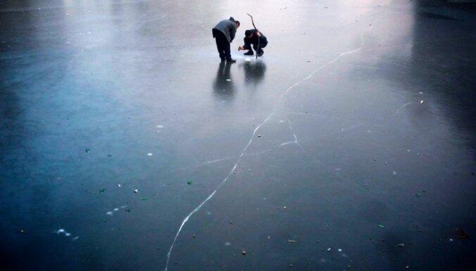 Полицейские уговорили рыбаков уйти со льда