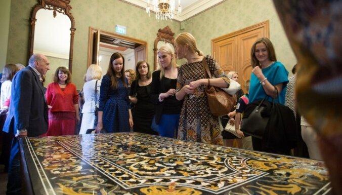 Mecenāti Teterevi Rīgas biržai uzdāvina izsmalcinātus indiešu galdus