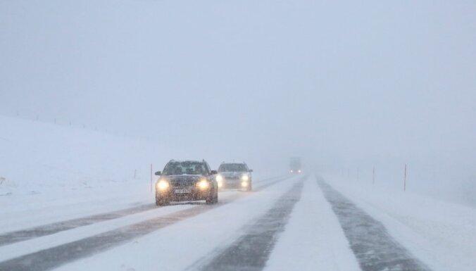 Sniegs un tā sanesumi vietām Latvijā apgrūtina braukšanu