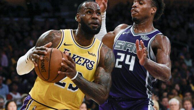 Losandželosas 'Lakers' izcīna pirmo uzvaru ar Džeimsu