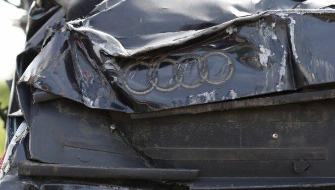 Jaunpils novadā automašīna nobrauc no ceļa; dzīvību zaudē vadītājs