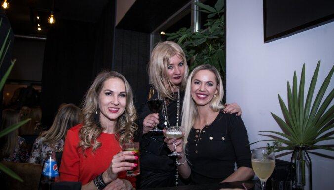 Foto: Ar līksmu burziņu Rīgā atklāj sarunu bāru 'Rūm'