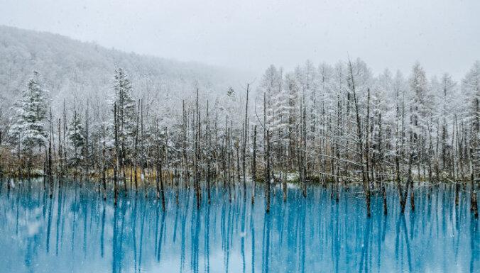 Foto: Kristālskaidrs dīķis Japānā, kas 'dzimis' no vulkāna un cilvēku sadarbības