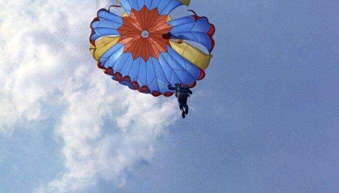 ВИДЕО: Заблудившийся парашютист приземлился на поле прямо во время матча