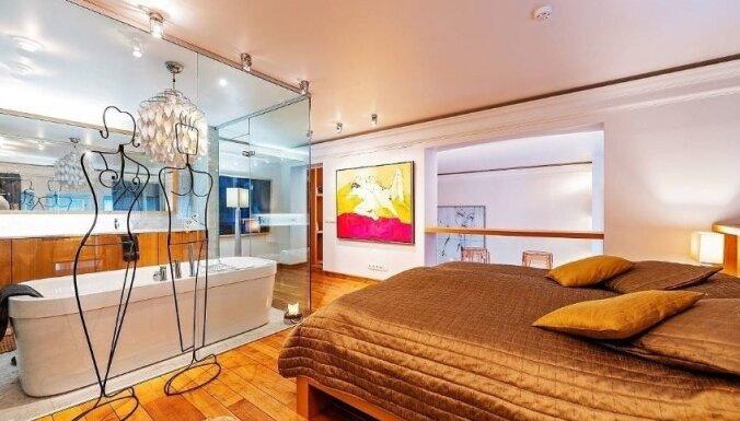 Foto: Omulīgs divstāvu dzīvoklis Tallinā ar stiklotu vannasistabu