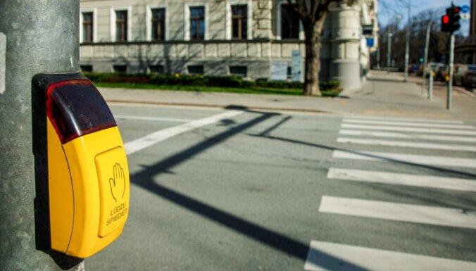 Atjaunota Rīgas luksoforu gājēju pogu darbība