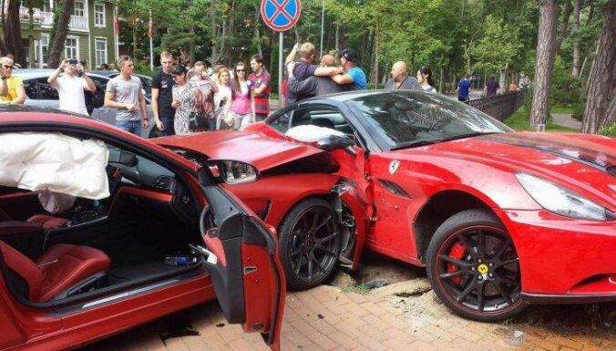 Foto: Palangas centrā 'BMW M4' taranējis 'Ferrari'