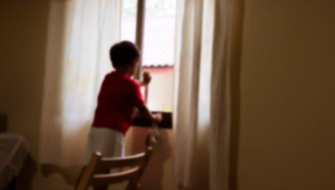 Оставленный без присмотра трехлетний ребенок ходил по подоконнику открытого окна