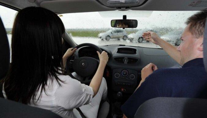 Минсообщения разработало поправки, которые позволят латвийцам посещать занятия с инструктором по вождению