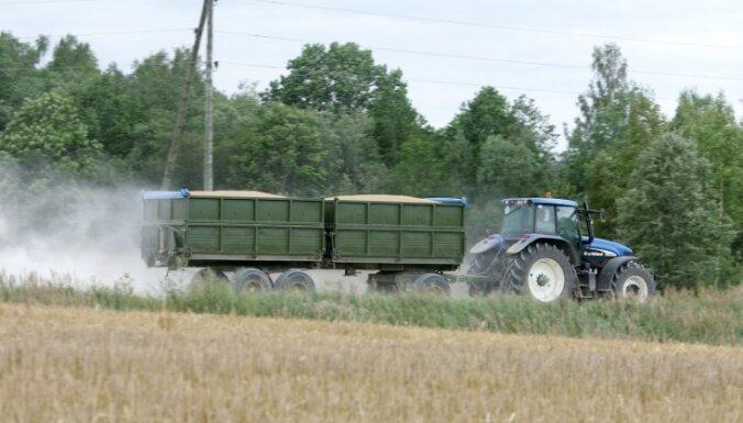 Возле литовско-латвийской границы остановили трактор, которым управлял ребенок