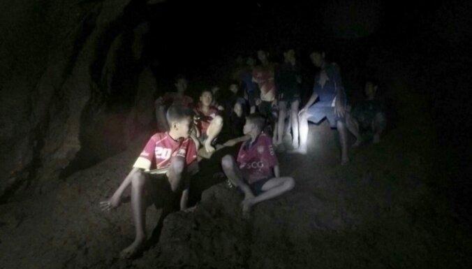 Застрявших в тайской пещере детей научили погружаться