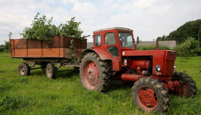 12 gadus vecs zēns ar traktoru uzbrauc savam vienaudzim