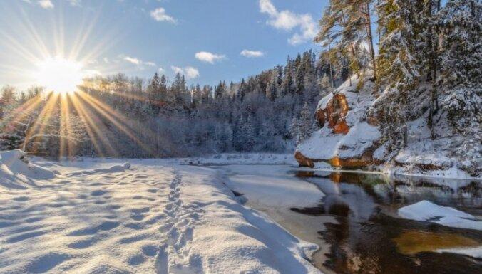 Foto: Sniegotais Zvārtes iezis, uz kuru doties pastaigā