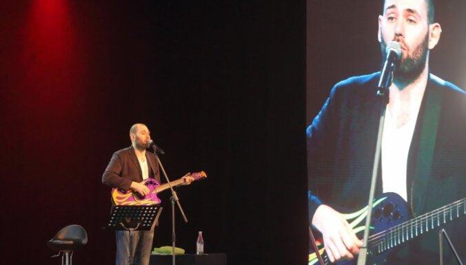 ФОТО: Семен Слепаков в Юрмале спел про страшного Путина, доброго Медведева и коллег-Сер-геев