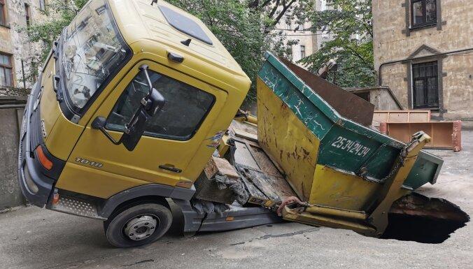 ФОТО, ВИДЕО: На улице Рудольфа в яму провалился автомобиль
