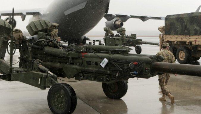 На учения в Латвию прибыли мичиганские солдаты с гаубицами