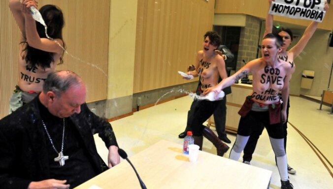 Активистки FEMEN облили святой водой архиепископа