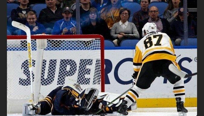 Girgensons ieraida ripu savos vārtos; 'Sabres' piekāpjas 'Penguins'