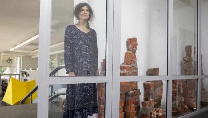 Foto: Mākslas stacijā 'Dubulti' atklāta starptautiska mākslas studentu izstāde