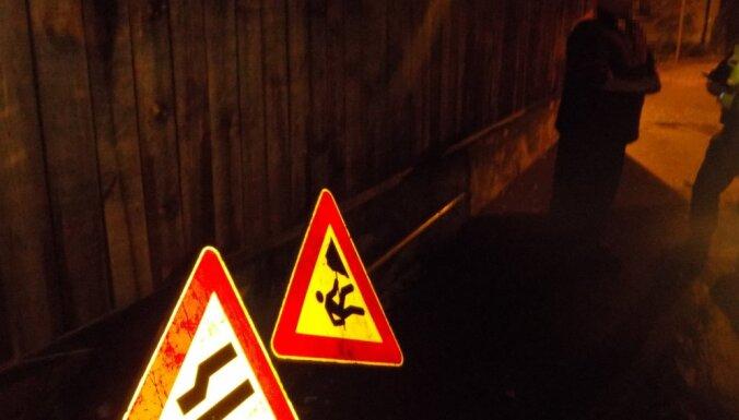 Vīrietis Sarkandaugavā nozog ceļa zīmi