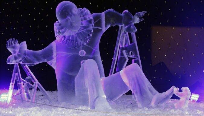 Lielās apmeklētāju plūsmas dēļ Jelgavā apgrūtināta ledus mākslas darbu apskate