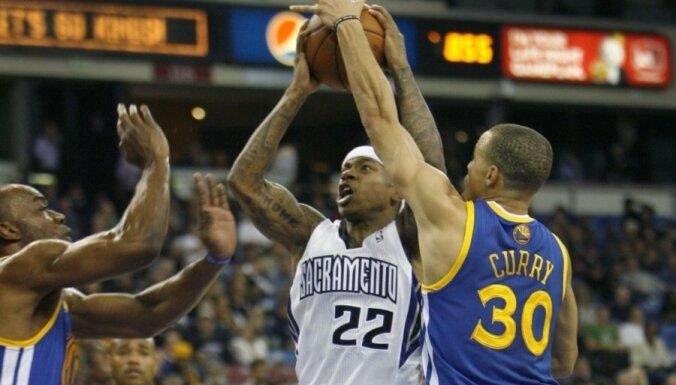 Biedriņam divi punkti NBA spēlē